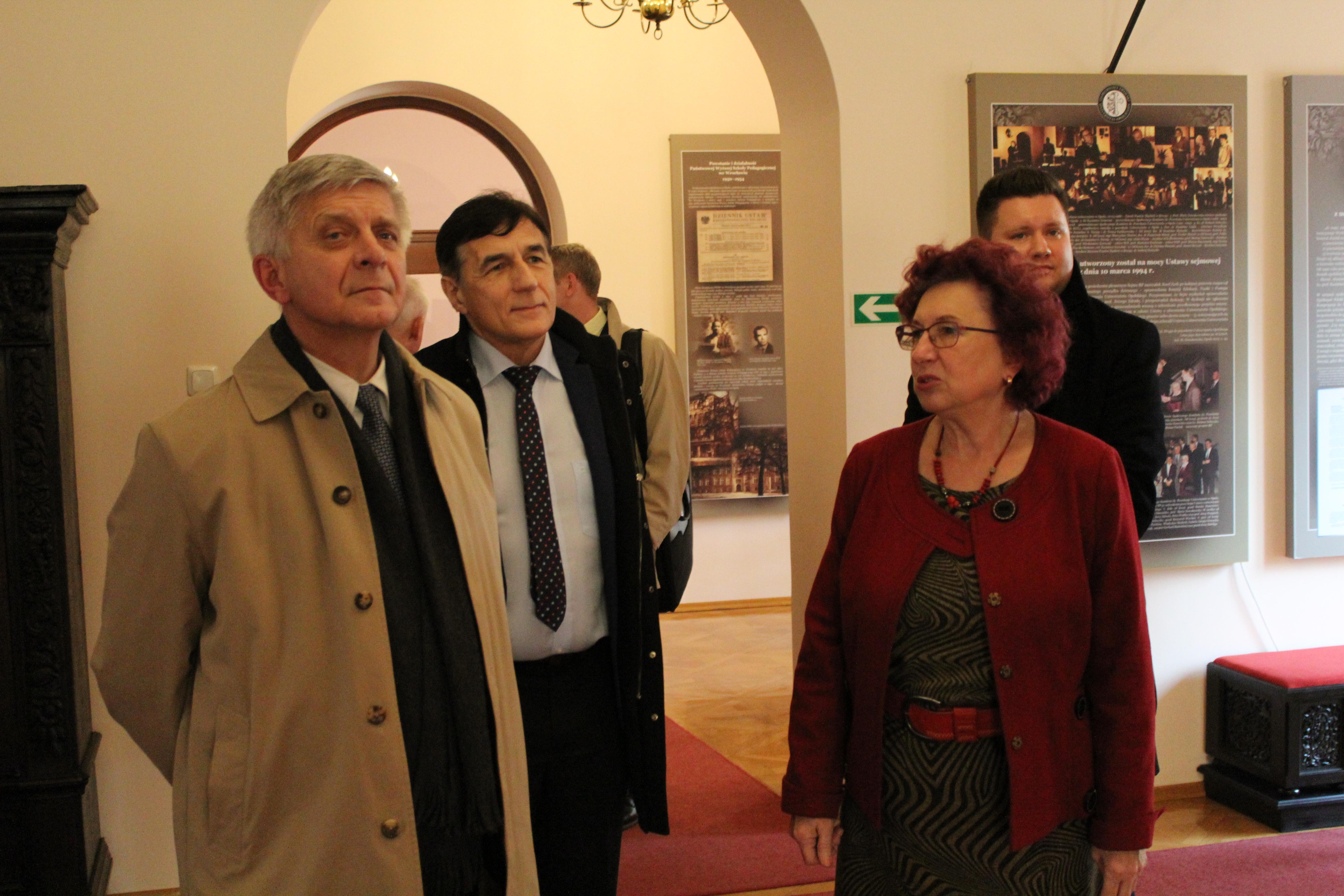 Prof. dr hab. Marek Belka prezes NBP będąc z wizytą w Uniwersytecie Opolskim13.11.2015 r., zwiedził także Muzeum UO