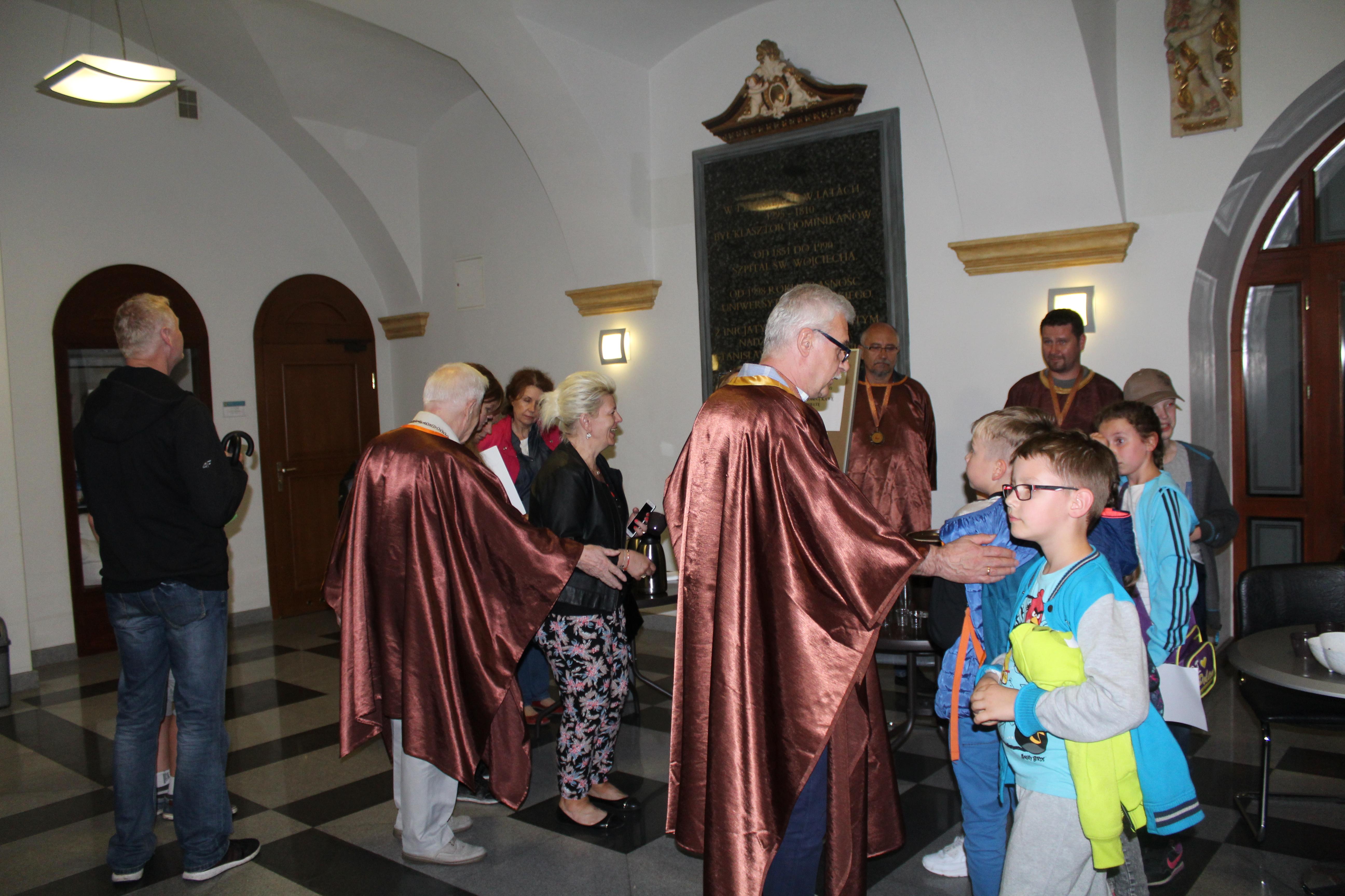 Spotkanie uczestników IX Nocy Muzeów z Opolskim Bractwem Wojciechowym